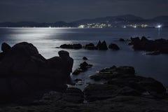Roches et mer illuminées par la lune Image stock