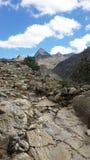 Roches et montagne formée par pyramide Photographie stock libre de droits