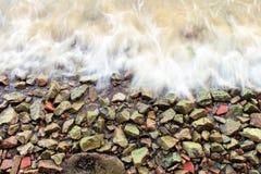 Roches et mousse d'océan Images stock
