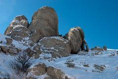 Roches et neige bleue Photo libre de droits