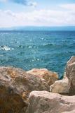 Roches et pierres avec la Mer Adriatique à l'arrière-plan Image stock