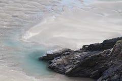 Roches et piscine de roche sur la plage Images libres de droits