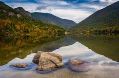 Roches et réflexions en Echo Lake, au pair d'état d'entaille de Franconia photographie stock libre de droits