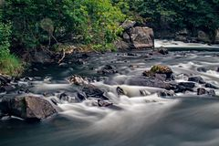 Roches et rapide sur la rivière de Yamaska photographie stock libre de droits