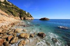 Roches et sable dans la plage de la La Nao Cape en Espagne photographie stock