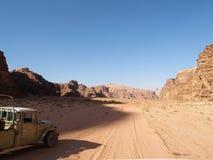 Roches et véhicule au désert photo stock