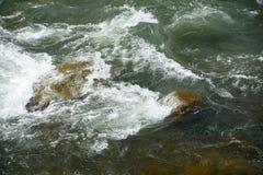 Roches et vagues dans un torrent Photo stock