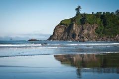 Roches et vagues en plage tranquille de Ruby Beach Photographie stock libre de droits