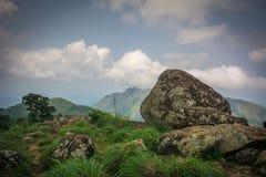Roches et vue de ciel de station supérieure de collines de Ponmudi images stock