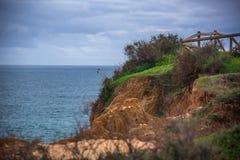 Roches/falaises dans la plage dans Portimao, Portugal Photographie stock