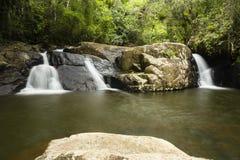 Roches, forêt et une cascade Photos libres de droits