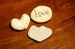 Roches formées comme des coeurs avec amour de mot Photo stock