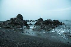 Roches fraîches au bord de la mer Image stock