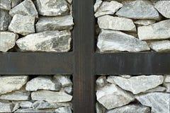 Roches grises avec la croix en métal Photographie stock