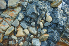 Roches humides en mer, poussée par une vague Été, Image libre de droits