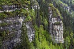 Roches inaccessibles dans un pays montagneux images stock