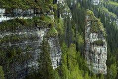 Roches inaccessibles dans un pays montagneux image stock