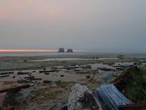 Roches jumelles au coucher du soleil Photos stock