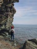 Roches, la mer et la fille Images libres de droits