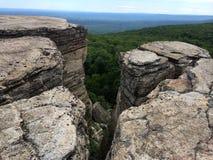 Roches massives et vue à la vallée au parc d'état de Minnewaska Image libre de droits