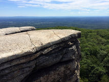 Roches massives et vue à la vallée au parc d'état de Minnewaska Photographie stock libre de droits