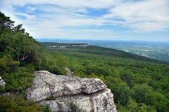 Roches massives et vue à la vallée au parc d'état de Minnewaska Photos libres de droits