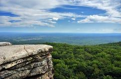 Roches massives et vue à la vallée au parc d'état de Minnewaska Image stock