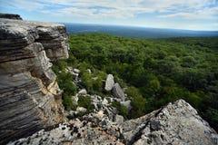 Roches massives et vue à la vallée au parc d'état de Minnewaska Photos stock