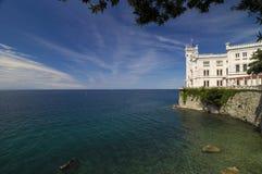Roches, Mer Adriatique et château de Miramare Images libres de droits