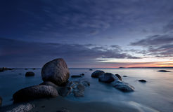Roches, mer et lever de soleil Images libres de droits
