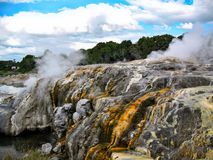 Roches minérales chez Rotorua, Nouvelle-Zélande photos libres de droits