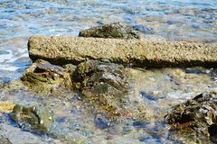 Roches, montagne de l'Île d'Elbe, l'eau, fond naturel Images stock