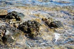 Roches, montagne de l'Île d'Elbe, l'eau, vagues, fond naturel Image libre de droits