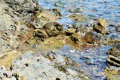Roches, montagnes de l'Île d'Elbe, l'eau, vagues, fond naturel Photo libre de droits