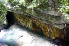 Roches multicolores avec la végétation et un fleuve images libres de droits