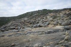 Roches multiples à la vue de soufflures en parc national de Torndirrup près d'Albany Images libres de droits