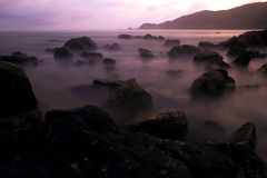 Roches mystiques dans l'océan Image stock