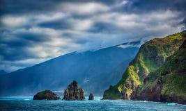 Roches noires dans l'océan et le littoral de l'île de la Madère Images libres de droits