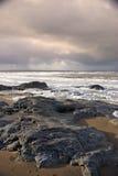 Roches noires sur la plage de Ballybunion Image libre de droits