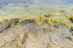 Roches par la mer avec des vagues de la mer Méditerranée à côté du Photographie stock