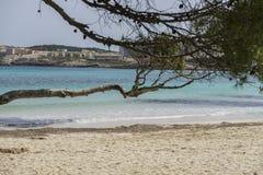 Roches par la mer avec des vagues de la mer Méditerranée à côté du Photographie stock libre de droits
