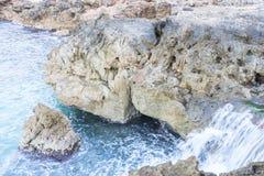 Roches par la mer avec des vagues de la mer Méditerranée à côté du Images stock