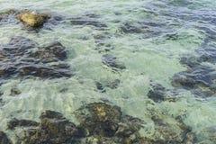 Roches par la mer avec des vagues de la mer Méditerranée à côté du Images libres de droits