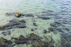 Roches par la mer avec des vagues de la mer Méditerranée à côté du Photo libre de droits