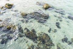 Roches par la mer avec des vagues de la mer Méditerranée à côté du Image libre de droits