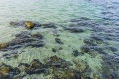 Roches par la mer avec des vagues de la mer Méditerranée à côté du Photo stock