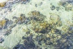 Roches par la mer avec des vagues de la mer Méditerranée à côté du Image stock