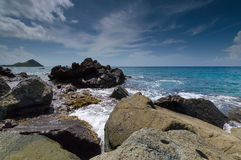 Roches par la mer dans les Caraïbe Image stock
