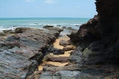 Roches par le bord de la mer Images libres de droits
