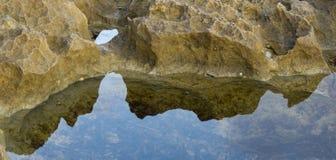 Roches par réflexion d'une piscine de roche Photographie stock
